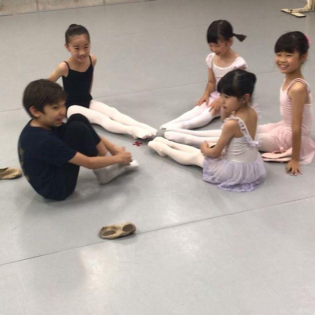 やる気満々ジュニア1クラスの様子ですレッスン前のストレッチやつま先チェックが習慣になってきました️6月末の約束の背筋テストもいよいよ来週楽しみにしてま〜す😎#トサカバレエスタジオ#バレエスタジオ#バレエ#柔軟#ストレッチ#体幹#リズム感#姿勢#リズム感#ballet#balletdancer#balletclass #balletshoes #バレエ教室#荻窪バレエスタジオ#上井草バレエスタジオ#西荻窪バレエスタジオ#吉祥寺バレエスタジオ#バレエレッスン#トレーニング#ポアント#幼稚園#小学生#保育園#習い事#ママバレエ#オープンクラス#習い事#バレエ発表会