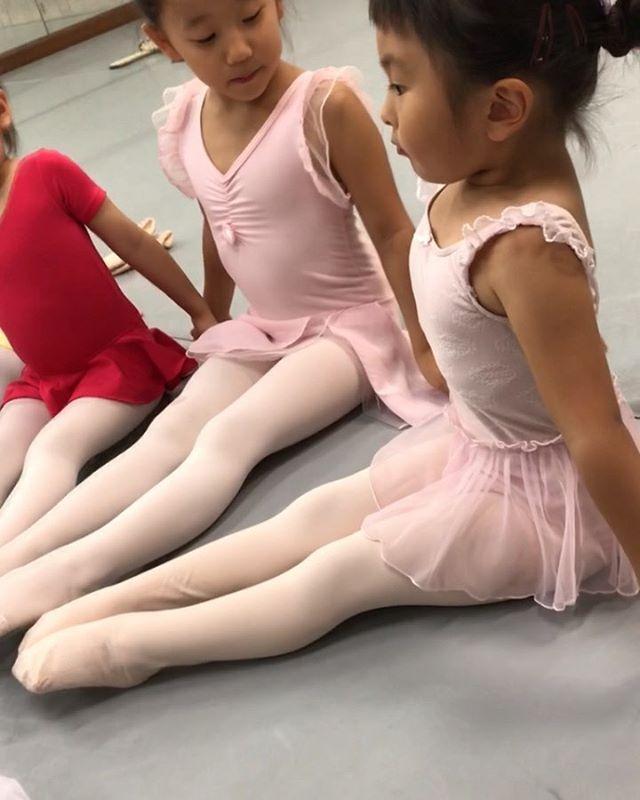 ベビークラスの様子みんな先生のお話をよく聞けていて、ベビークラスとは思えないほど落ち着いたクラスですバレエはもちろんですが、ご挨拶・お友達への思いやり・マナーなどたくさんの事を学んでもらえたらと思っています何事も一生懸命努力する子になってほしいです随時見学・体験受付ておりますのでご興味のある方は是非お待ちしております♫#トサカバレエスタジオ#トサカバレエ#バレエ#習い事#子供バレエ#3歳#4歳#5歳#6歳#荻窪バレエ#西荻窪バレエ#吉祥寺バレエ#上井草バレエ#杉並区バレエスタジオ