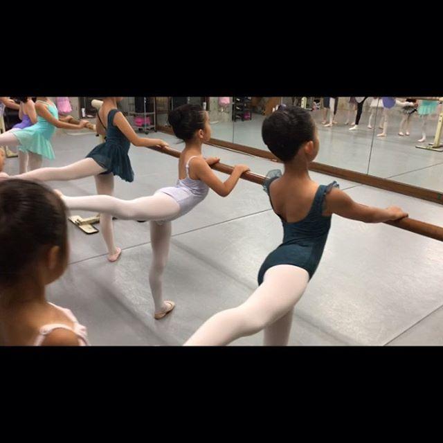 元気いっぱいジュニア1(1.2年生)のクラスの様子今日は久しぶりのアラベスクチェックで色々忘れているところを思い出しました️舞台に向けて踊りの練習時間も取らなくてはならない為、最近は(ストレッチはみんなが家でちゃ〜んとやっている事を信じて!笑)バーレッスンからスタートしてますみんなは踊りの練習の方が楽しいようですが基礎が大切です🏻簡単なことをいかに丁寧にかつ理解してやるか…それを積み上げていかないと、年齢を重ねた時に思うようなラインが出なかったり、テクニックがつかなかったり、怪我の原因にもなります大きくなってから気付いても治すのが非常に大変です🤦🏼♀️基礎を丁寧に積み上げるのは遠周りに見えて実は上達への1番の近道です連日 見学・体験のお問い合わせありがとうございます️バレエに興味があるのでとりあえず見学だけ、、、等でも大歓迎です🤗ホームページのお問い合わせフォームよりご連絡をお待ちしております♀️ #トサカバレエスタジオ#バレエレッスン動画#バレエスタジオ#バレエ教室#杉並区バレエ教室#荻窪バレエ教室#上井草バレエ教室#西荻窪バレエ教室#吉祥寺バレエ教室#6歳#7歳#8歳#小学1年生#小学生#小学生モデル#バレエモデル#キッズモデル#ボーイズバレエ#いい笑顔が撮れました